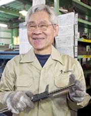 写真:工場長(金属板金事業部常務取締役)菅原 英二